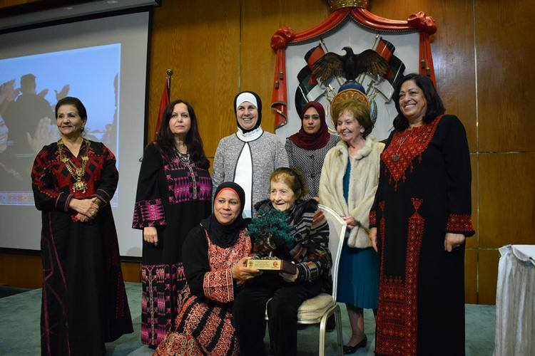 Jordanian-Activists-Receive-Gifts